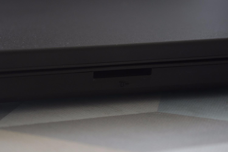 Lenovo ThinkPad L460 - pohľad na čítačku SD kariet