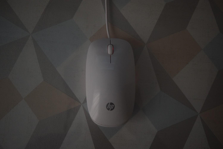 HP All-in-One 22-b043ne - pohľad na myš zhora