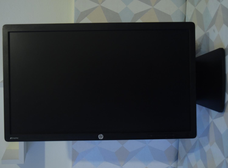 b210877ad HP Z Display Z22i - pohľad spredu (otočený displej)