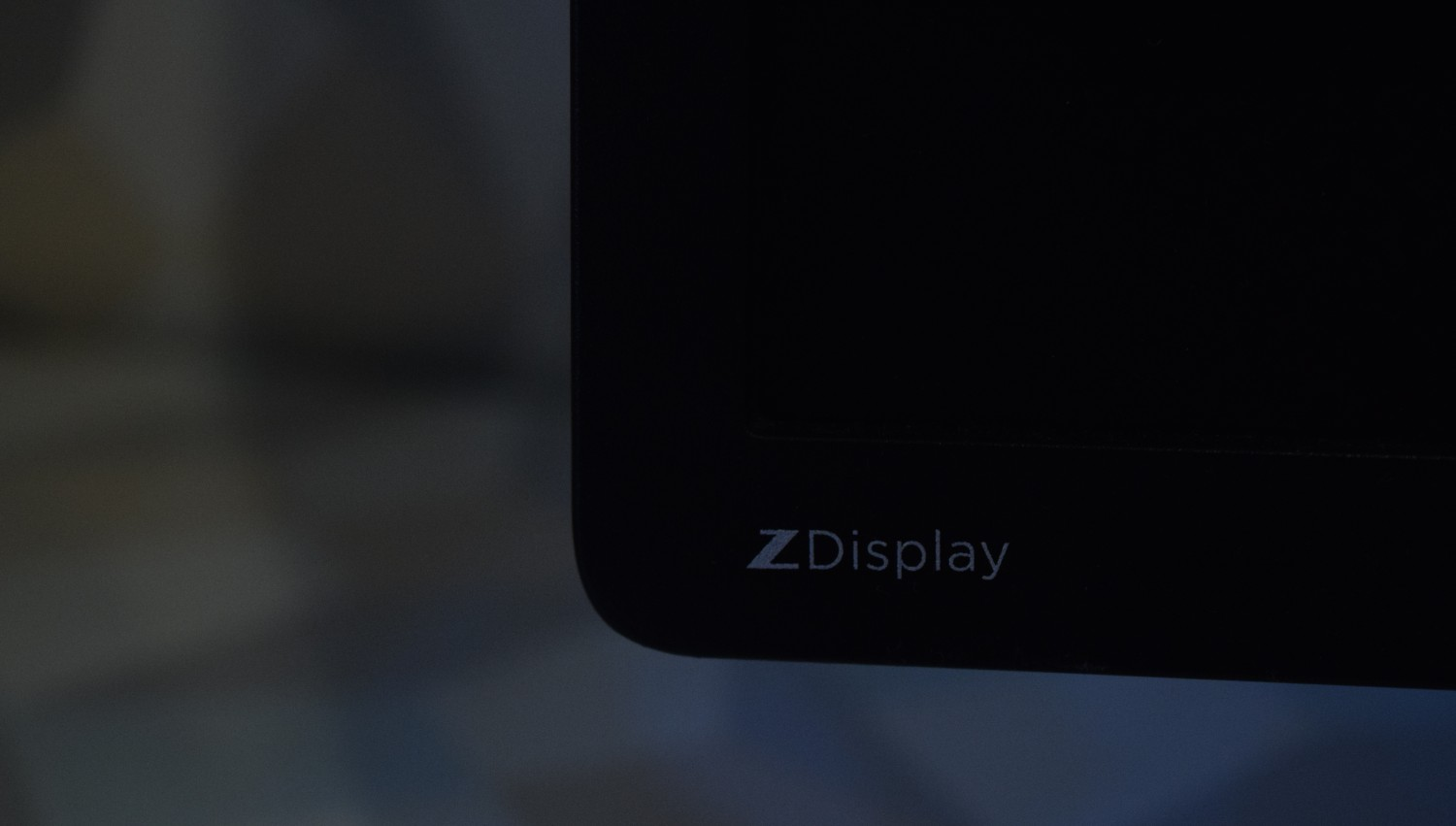 HP Z Display Z22i - pohľad na logo Z Display