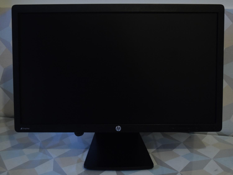 HP Z Display Z22i - pohľad spredu